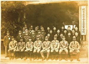 1944年12月、前から3列目、右から3人目が中里さん