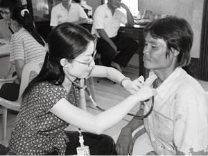 水野なずな 福岡・健和会大手町病院(感染症科) 左が筆者(マラリア流行地、タイ・カンチャナブリの診療所で)