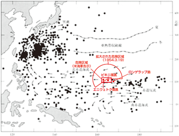 太平洋で放射能汚染魚が漁獲された位置の分布(1954年3月~8月末) ●は、放射能汚染魚がとれた場所。ただし日本の漁港に水揚げされ検査された魚だけなので実際の汚染魚分布はさらに広いものと考えられる。(出典『ビキニ水爆被災事件と被ばく漁船60年の記録 第五福竜丸は航海中』公益財団法人第五福竜丸平和協会編)。赤字は編集部 ビキニ環礁。濃い青の部分は水爆ブラボーが珊瑚礁をえぐり取った動かぬ証拠だ(撮影・豊﨑博光)