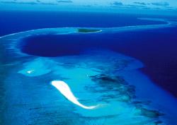 ビキニ環礁。濃い青の部分は水爆ブラボーが珊瑚礁をえぐり取った動かぬ証拠だ(撮影・豊﨑博光)
