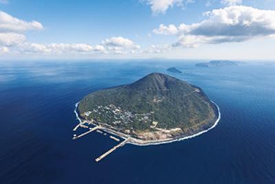 東京都から南に約140kmの距離にある利島村 (写真提供:利島村)
