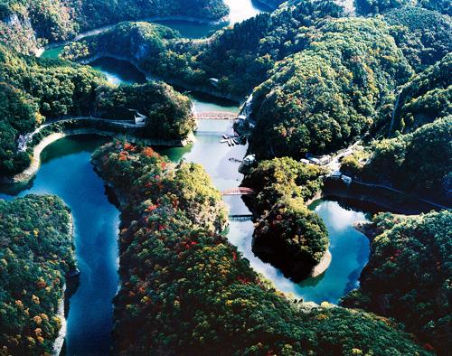 神龍湖(帝釈峡観光協会提供)