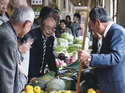 廃校に地元の野菜を集めて品評会や競り市を開催(小埜さん提供)