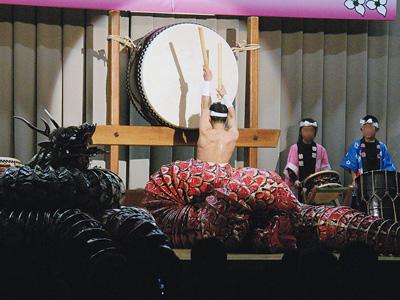 大蛇から現れた奏者が豪快に和太鼓をたたく(豊松太鼓保存会提供)