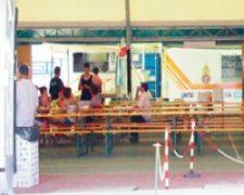 イタリアのテント型の食堂スペース。奥に厨房機器を積んだトラックが横付けされ調理師が料理していた
