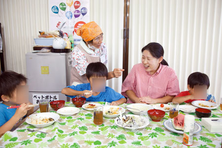 親子が訪れる「にこにこ食堂」(茨城保健生協)