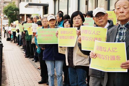 「現地調査」参加者が大東市役所前でアピール行動(11月17日)