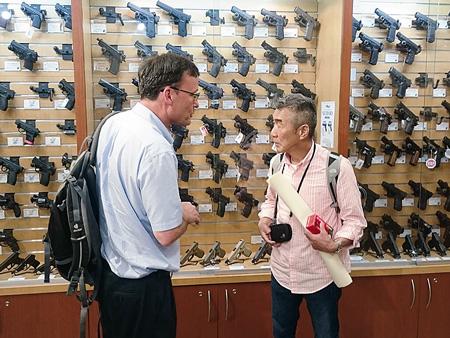 映画では射撃場で、実際に銃を撃つ一幕も。 併設しているガンショップでは、銃を買うのに身分証明の必要もない