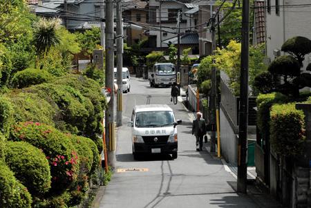 坂の多い住宅街を小回りしながら走り抜ける