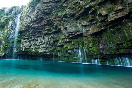 エメラルドグリーンの滝壺に伏流水がしたたる「雄川の滝」(南大隅町役場提供)