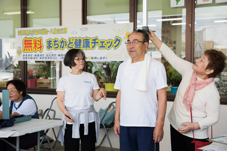身長を測る千葉裕子さん(右端)
