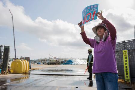 第1ゲート前で抗議する上里清美さん