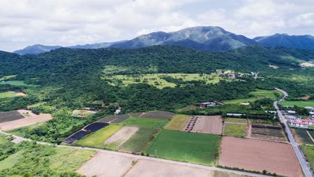 石垣島の自衛隊基地建設予定地。後方に見えるのが於茂登岳