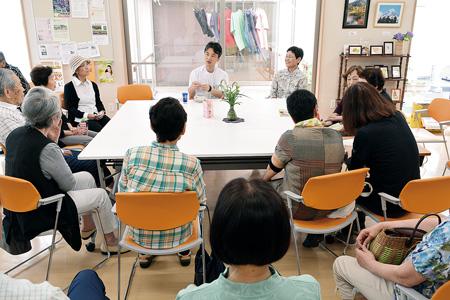 ドクターズカフェで司会を務める北尾さん(正面右)