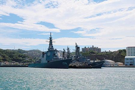 横須賀港に停泊する海上自衛隊のイージス艦「きりしま」(左)と、ミサイル護衛艦「はたかぜ」。奥には横須賀の住宅街が