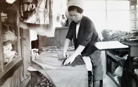 働き者だった金城さんの母親(1970年頃/金城さん提供)