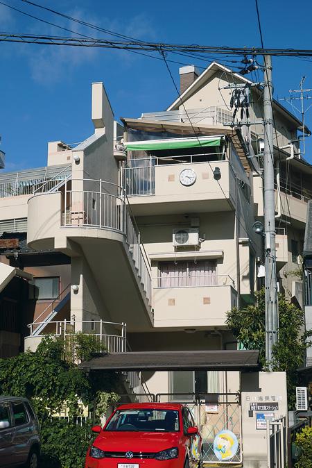 白い鳩保育園は高低差7mの斜面に建っており、災害時は階段状の敷地内通路(幅1.5m)が崖上の密集住宅地と崖下の公園(避難場所)を結ぶ避難経路となる