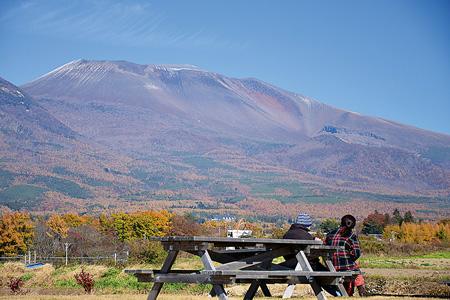 町の北方にずっしりと構える浅間山(御代田町提供)