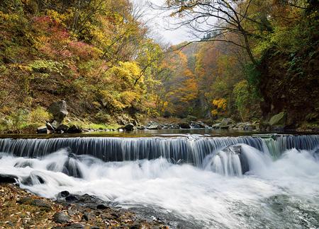 町の南部を流れる湯川には、紅葉が美しい露切峡もある(御代田町提供)
