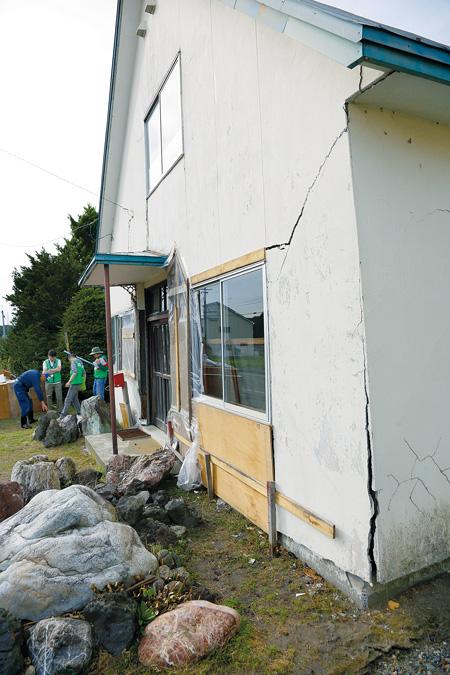 崩れた壁をビニールで補修した堀合さん宅