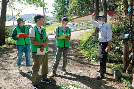 友の会の友廣薫さんに話を聞く職員。左から石橋さん、佐藤さん、石崎さん