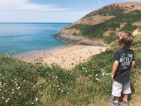 アングルシー島の高台から海岸を望む(PAWBのメイ・トモズさん提供)
