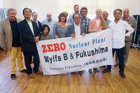 アングルシー島を訪れた根本さん(右から2人目)ら訪英団