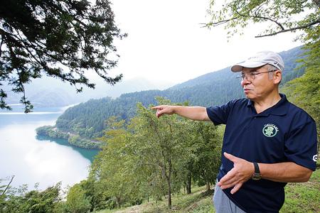 「見はらしの丘」で奥多摩について語る大澤新次さん