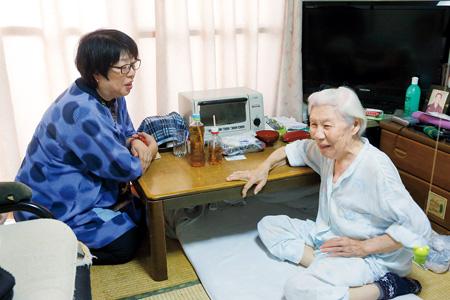 ケアマネの石田さん(左)と話す栄子さん