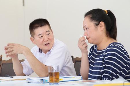 涙ながらに訴える史健華さん(右)と甄凱さん