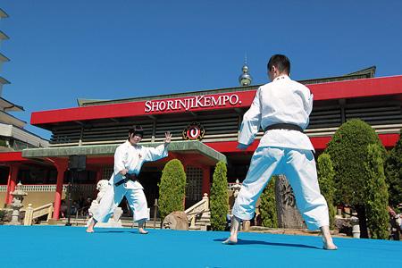 年に1度のだるま祭では屋外ステージで演武が行われる。金剛禅総本山少林寺で