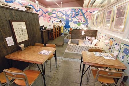 「藝術喫茶 清水温泉」は元銭湯の雰囲気をそのまま活かした内装