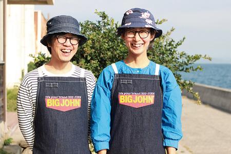「ネコノシマホステル」オーナーの村上淳一さん(左)、直子さんご夫婦