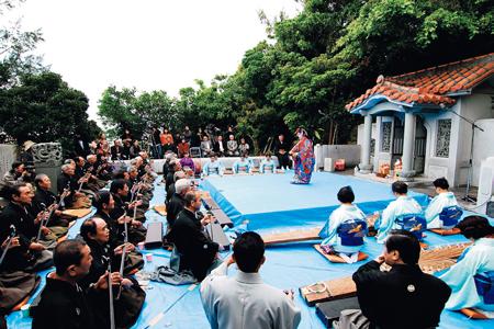 三線の日(3月4日)に赤犬子宮で奉納される琉球古典音楽と舞い(一般社団法人読谷村観光協会提供)