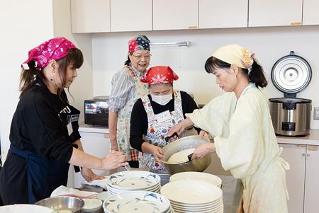 学食を準備する東葛健康友の会会員。左から2人目が久保知代恵さん