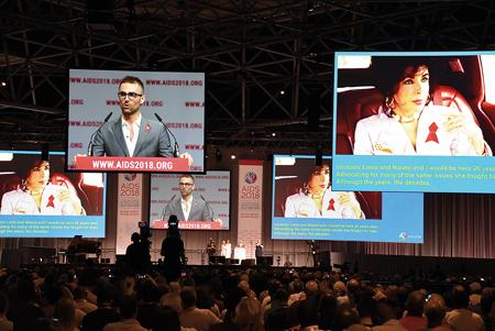 AIDS2018の開会式には患者・感染者を支援した女優エリザベス・テイラーさんの孫クィン・ティビーさんが出席し、連帯の輪を拡げようと発言した
