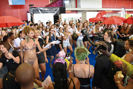 ショーを披露するセックスワーカーたちに、課外授業で会議に参加した地元高校生が飛び入り。 エイズを巡る問題を考えようと訴えた