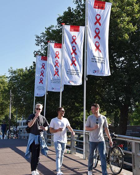 アムステルダム市内にはAIDS2018の参加者を歓迎する旗が至るところに掲げられた