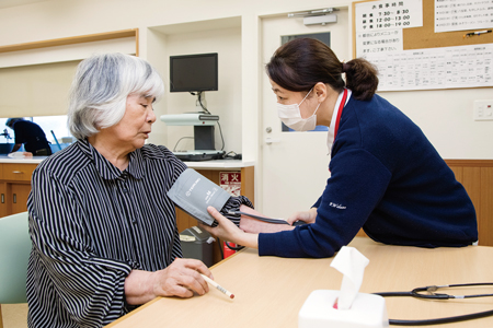 参加者の血圧をチェックする後藤看護師