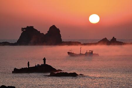 町の東側の田原海岸では、しんと冷え込む早朝に海霧が発生し幻想的な光景が広がる(南紀串本観光協会提供)