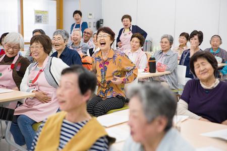 全員参加の笑いヨガで会場に笑顔が広がる