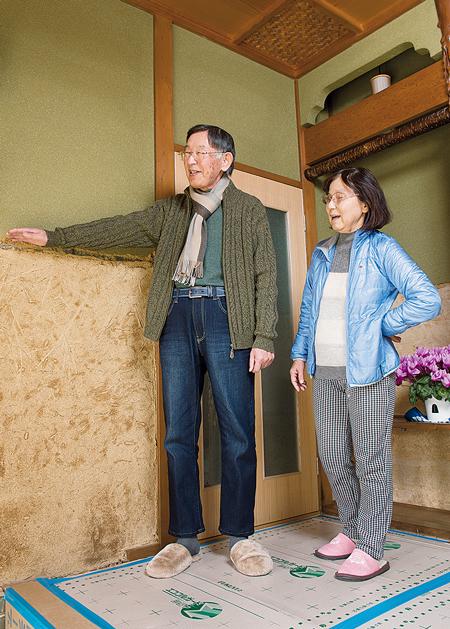 小野さん宅の玄関で、小野正道さんと妻の重美さん。1階中ほどまで水に浸かり、現在もリフォームの最中