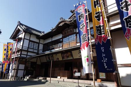 創建100年を超える近代和風建築の芝居小屋「内子座」。今も現役
