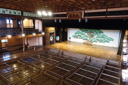 「内子座」では花道を歩いたり、舞台に立ったり、奈落を見学することができる