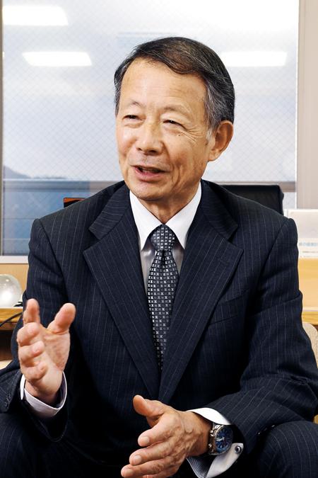 山仲善彰 (やまなかよしあき) 1950年生まれ。77年、滋賀県庁入庁。琵琶湖環境部管理監、知事公室長、琵琶湖環境部長などを歴任。2008年、野洲市長就任。現在3期目。