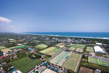 約300面のテニスコートと九十九里浜(白子町提供)
