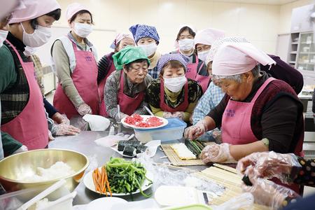 太巻き寿司の花模様の作り方を学ぶ農協女性部の皆さん