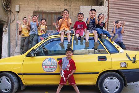 いつも滞在していた集落で「お帰りなさい!」と出迎えてくれた子どもたち(2009年、シリアの首都ダマスカスの郊外)
