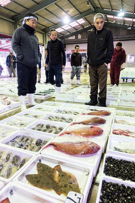 さまざまな魚介類が並ぶ大神漁港の朝市。仲買人を通して一般客もお得に購入できる