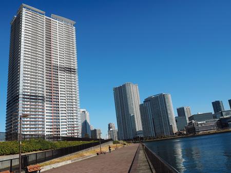 東京・銀座から約3km、都心の超一等地「晴海」。東京湾を望むウオーターフロントには高層の億ションが建ち並ぶ。晴海地区の今年の公示地価は「1平方メートル当たり142万5000円」。庶民には高嶺の花だ。